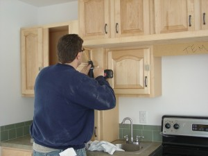 Installing the Kitchen Cabinets onthe Pennwest/Manorwood Homes Assembly Line